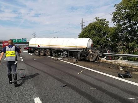NICHELINO - Maxi incidente In tangenziale sud, coinvolti mezzi pesanti e auto - LE FOTO -
