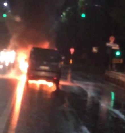 NICHELINO - A fuoco un furgone su viale Torino a Stupinigi
