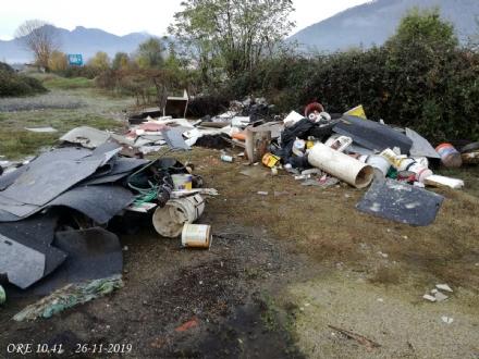 PIOSSASCO - Abbandonano rifiuti in un campo: beccati dalla polizia locale
