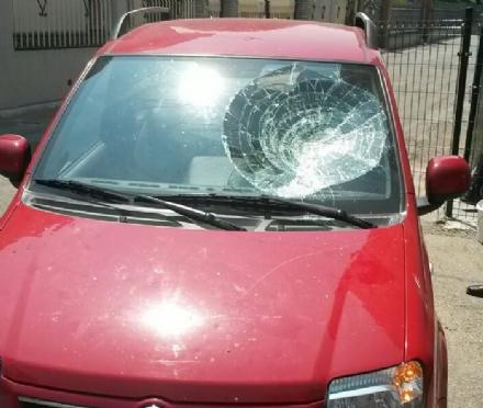 MONCALIERI - In auto senza patente e assicurazione, per evitare la confisca la distrugge con un masso
