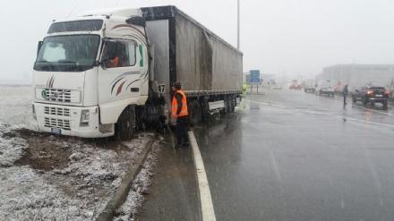 LA LOGGIA - Incidente causa neve, camion finisce fuori strada: traffico in tilt - FOTO