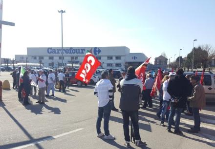TROFARELLO - Non chiude il Carrefour di via Torino. Salvi 54 posti di lavoro