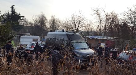 ORBASSANO - Furgone in fiamme nel campo Rom sulla Circonvallazione