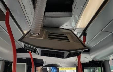 MONCALIERI - Paura in strada Genova sullautobus 81: si stacca il condizionatore dal soffitto