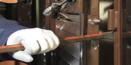 RIVALTA - Forzano il portone con un palanchino: allarme ladri in via Nilde Iotti