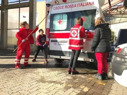 MONCALIERI - A casa da scuola forzati? E loro lavano le ambulanze della Croce Rossa