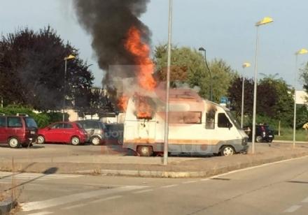 MONCALIERI - Camper prende fuoco in borgata Santa Maria
