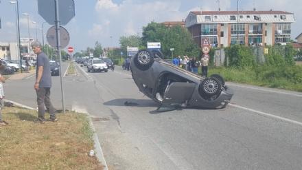 RIVALTA - Auto ribaltata in via Giaveno: traffico in tilt a Gerbole