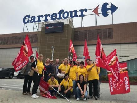 MONCALIERI - I dipendenti del Supeco di Trofarello manifestano sotto il Carrefour di corso Savona