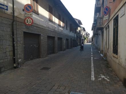 CARMAGNOLA - Irrompe in una casa per rapinarla: la proprietaria gli dà tremila euro