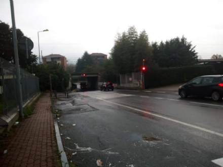 MONCALIERI - Il semaforo del sottopasso si guasta sul rosso, ma le auto passano lo stesso