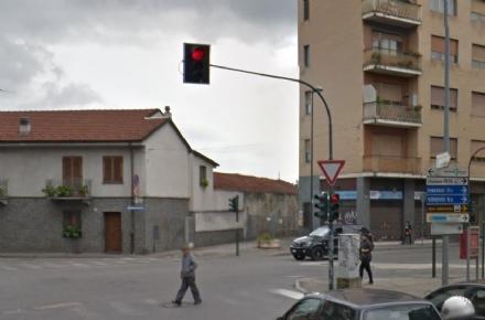 NICHELINO - Semaforo in tilt sul rosso tra via Trento e via Torino in piena notte