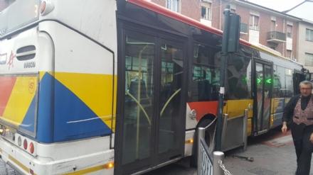 NICHELINO - Autista sbaglia la manovra e si schianta contro il semaforo