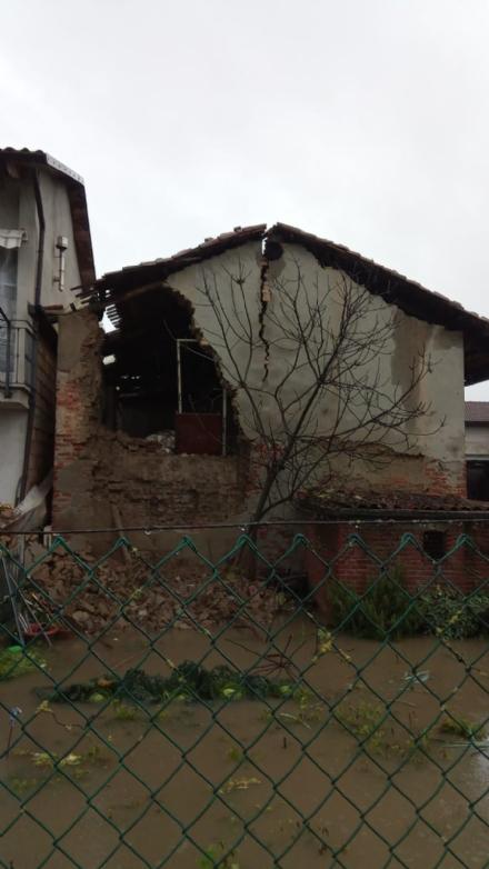 MALTEMPO - Scuole chiuse in diversi Comuni della zona. Ad Osasio paura per il crollo di una casa - FOTO