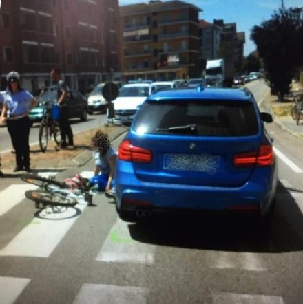 CARMAGNOLA - Giovane ciclista travolta in via Sales mentre attraversa sulle strisce