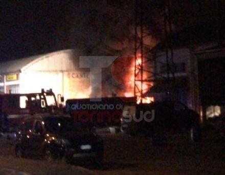 MONCALIERI - Grave incendio nella notte nel deposito di gomme di strada Carignano - LE FOTO -