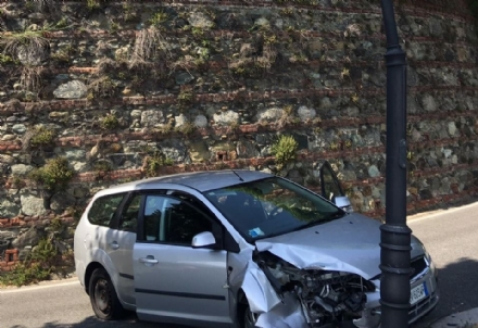 MONCALIERI - Perde il controllo e abbatte un lampione: pauroso incidente in viale Rimembranza