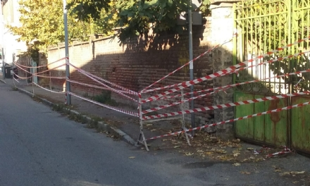 NICHELINO - Muro pericolante in via Puccini, la municipale lo transenna