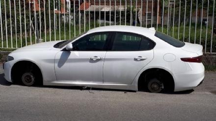 BEINASCO - Auto nel mirino a Borgaretto, vetri rotti e gomme rubate