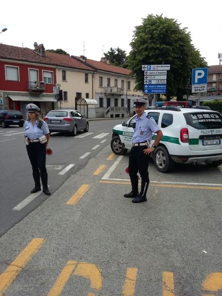 CANDIOLO - Litigano per una precedenza: automobilista cerca di far cadere ciclista
