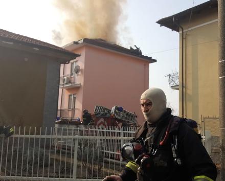 TROFARELLO - Si incendia il tetto di una palazzina: evacuate 14 famiglie