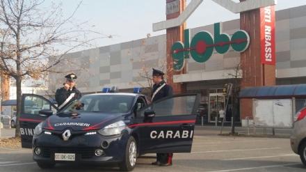 BEINASCO - Carabinieri arrestano taccheggiatori al Globo