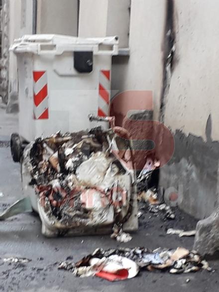 CARMAGNOLA - Piromane prende di mira i cassonetti della differenziata in centro città