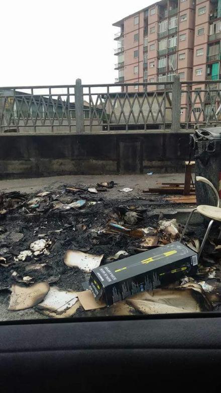 NICHELINO - Rifiuti in fiamme in via Colombetto