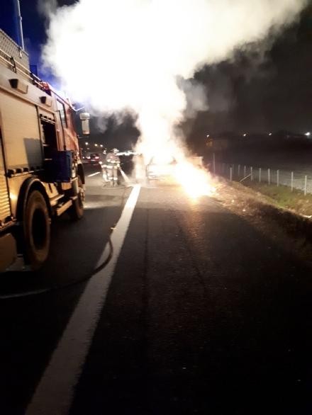 NICHELINO - Auto in fiamme in tangenziale: caos e lunghe code