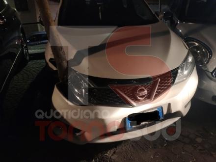 MONCALIERI - Perde il controllo del furgoncino e prende in pieno quattro auto in sosta