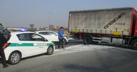 NICHELINO - Perde il controllo del camion e si schianta contro unauto - LE FOTO -
