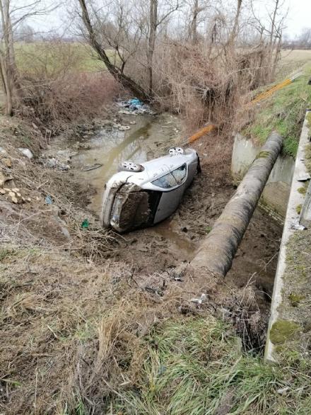 CARMAGNOLA - Paura per unauto precipitata nel canale dopo un incidente