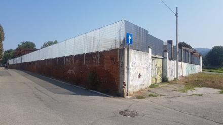 MONCALIERI - La fabbrica abbandonata in via Moncenisio chiude gli ingressi ai senza tetto