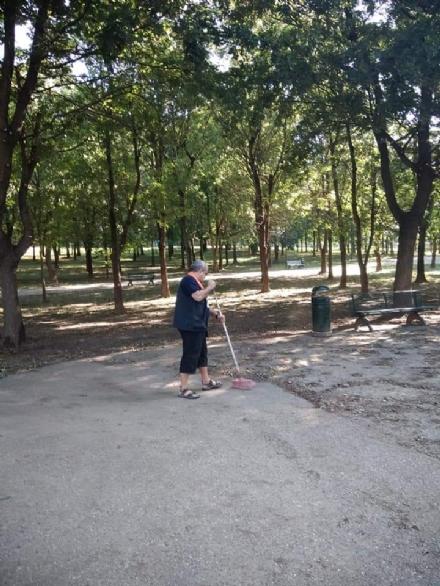 MONCALIERI - I residenti di Testona puliscono il giardino Lanza: «Combattiamo linciviltà»