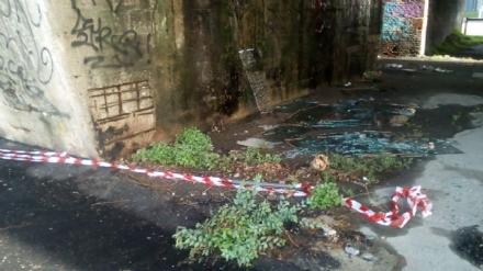 MONCALIERI - Vetri rotti abbandonati e pilastri del ponte rovinati: lallarme di Borgo Mercato
