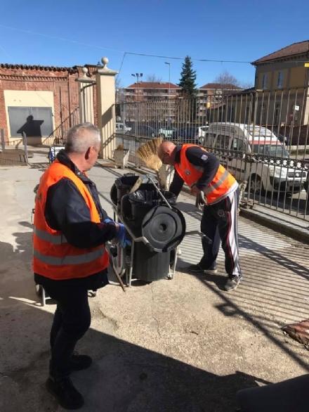 CARMAGNOLA - Volontari al lavoro al ponte di Pasqua per ripulire la città