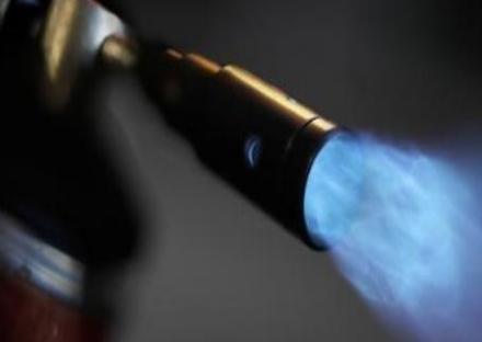 CANDIOLO - Con la fiamma ossidrica portano via la cassa al distributore