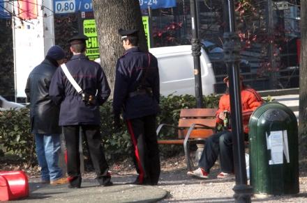 CARMAGNOLA - Si masturba davanti ai passanti e viene denunciato dai carabinieri