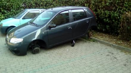 NICHELINO - Torna la banda delle gomme rubate: auto trovata sul cric