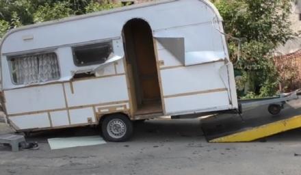 MONCALIERI - Addio al campo nomadi: anche lultima roulotte ha lasciato larea del Colombetto