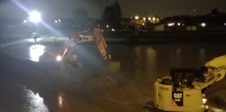 MALTEMPO - Il Chisola scende di un metro, notte di lavoro per rinforzare gli argini