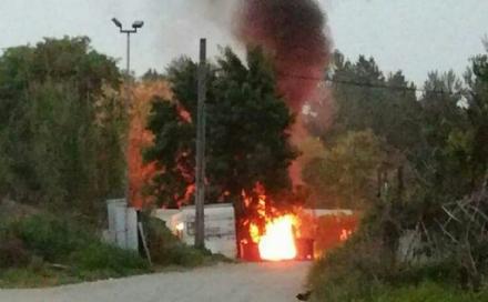 BEINASCO - Bruciano rifiuti al campo rom di Borgaretto, aria irrespirabile nel circondario
