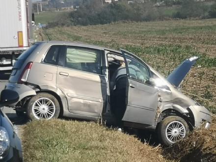 CARMAGNOLA - Scontro tra auto e camion sulla statale: una donna ferita