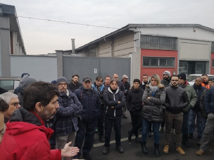 MONCALIERI - I lavoratori Alpitel in presidio sotto il municipio