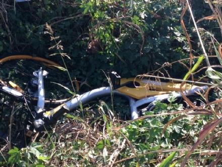 MONCALIERI - Sacchi di guaine di rame e bici abbandonate a Moriondo