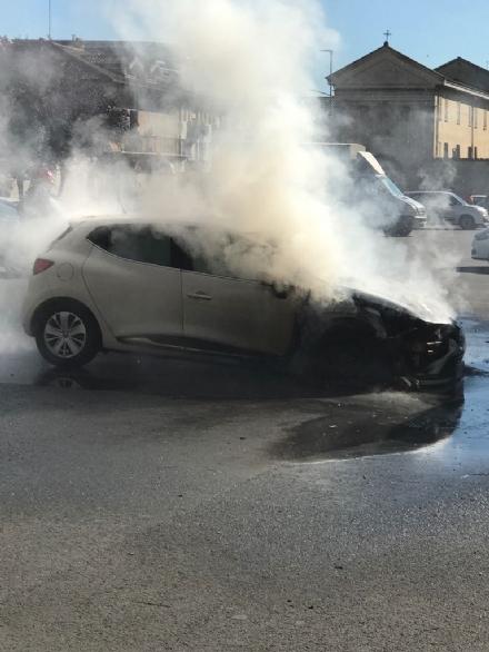 CARMAGNOLA - Paura in piazza Mazzini, a fuoco lauto dellassessore Cammarata