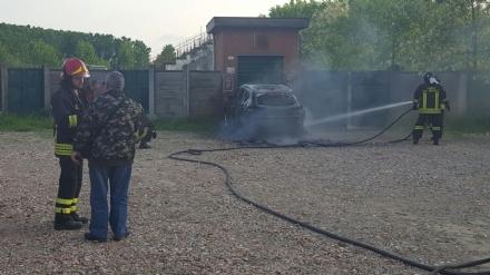 VINOVO - Paura per una vettura a fuoco nel piazzale degli orti urbani