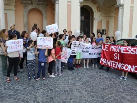 MONCALIERI - Genitori e bambini della Montessori sotto il Comune a protestare