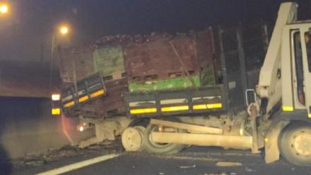 NICHELINO - Camion carico di rame rubato, si schianta in tangenziale dopo decine di metri in retromarcia