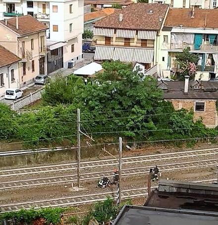 MONCALIERI - Incidente ferroviario sulla Torino-Genova: un treno urta un uomo sotto il ponte di via Sestriere
